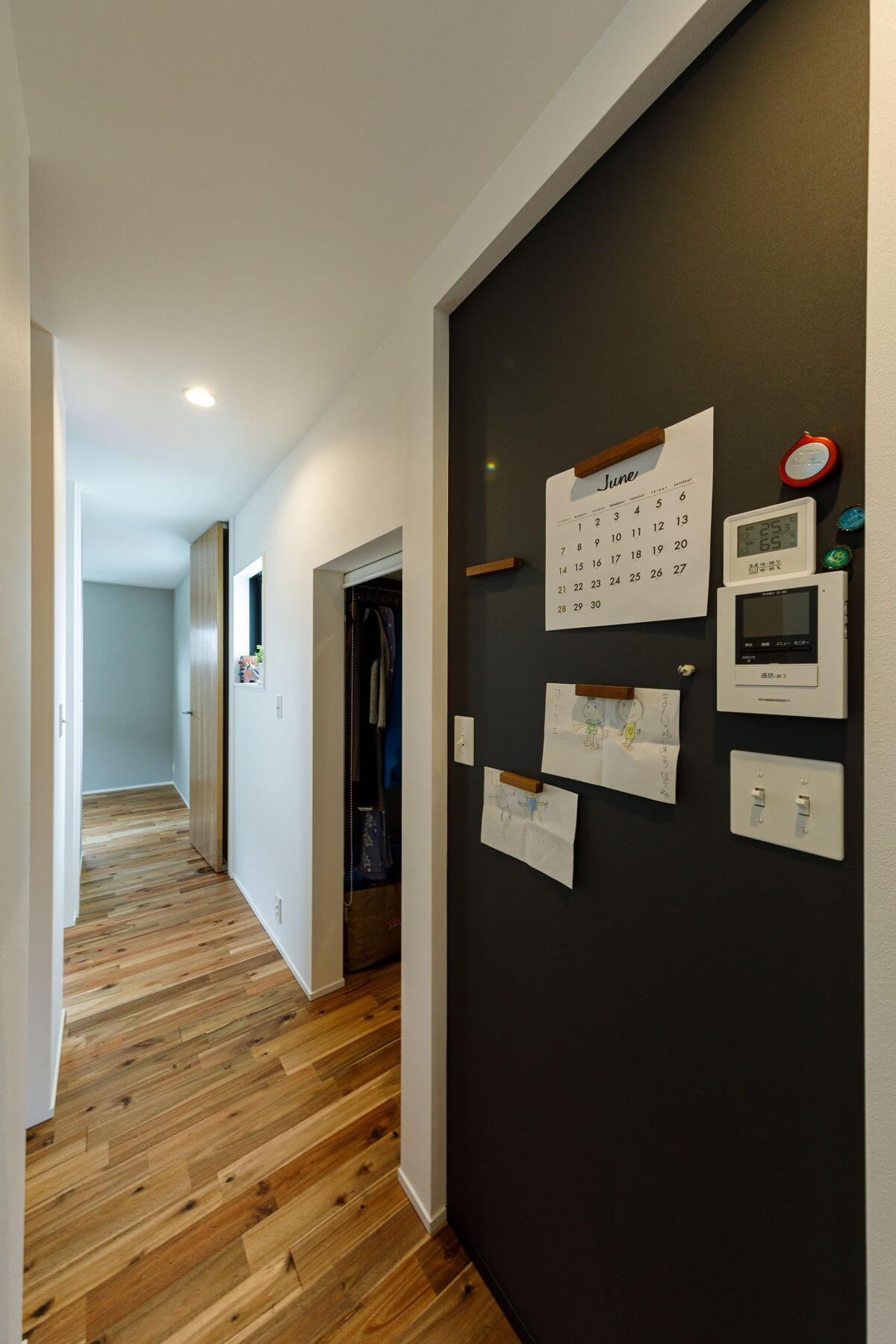 2階の廊下にはマグネットボードを設置。カレンダーや重要な書類などをここに。いつも目にする場所なので、夫婦の連絡ごとや、将来、子どもへのメッセージボードとして使用できます。奥に見えるのは、将来の子ども部屋です。