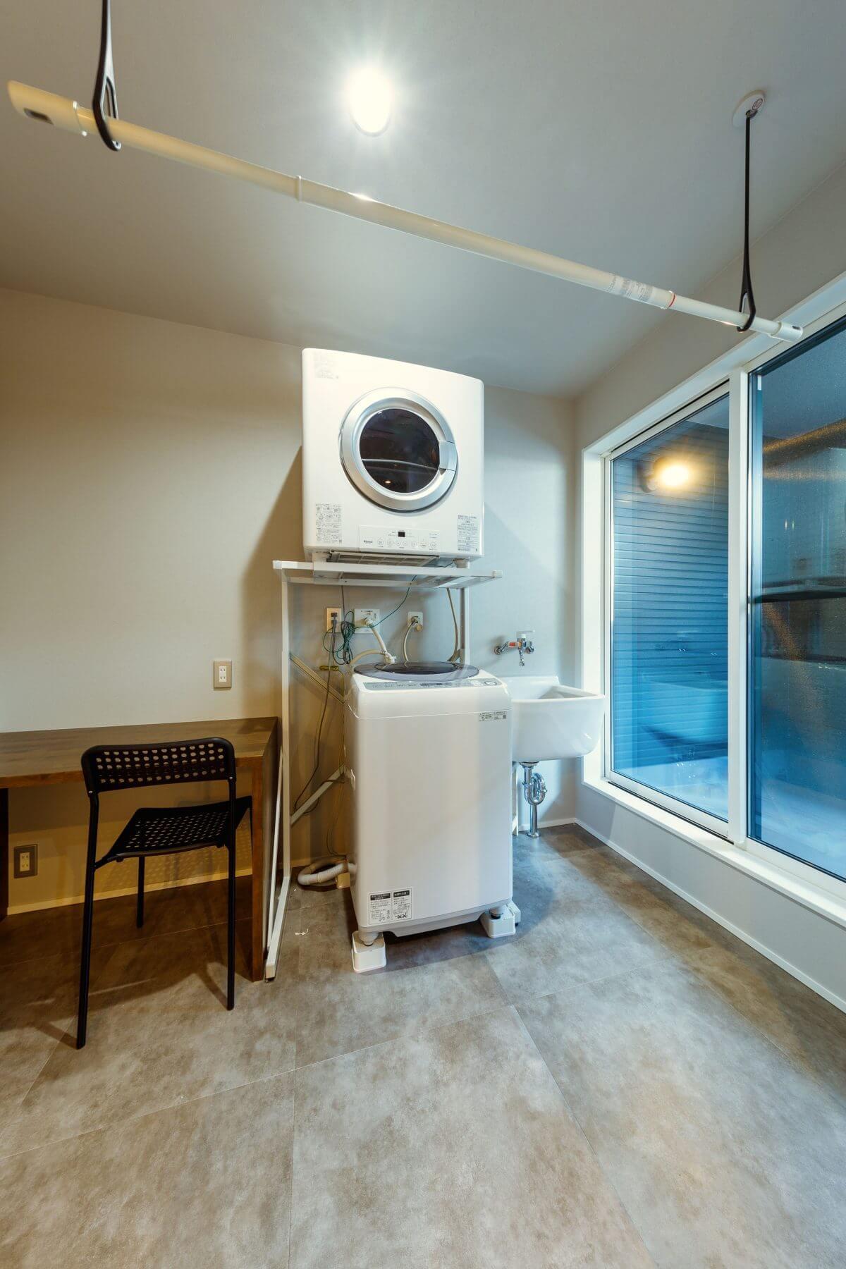 洗面室に隣接した洗濯室。アイロンがけコーナーにもなる多目的カウンターを設置しました。洗濯後、右のバルコニーに外干し、雨が降ればすぐにサッと室内干しへ。花粉や梅雨時期など、外干しに向かない季節には乾燥機を活用するなど、季節に応じて自由な使い方ができます。家づくりの参考にしたい洗濯室です。