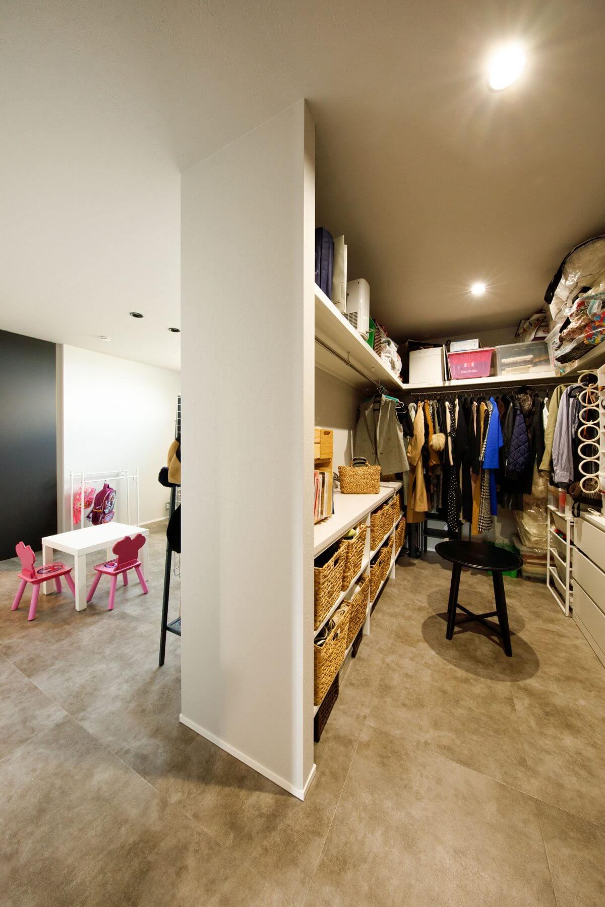 子ども部屋に隣接するファミリークローゼット。この空間は、洗濯室も隣接しているため、最小限の移動でここへ収納できます。子どもたちも気軽にここで洋服やバックなどを出し入れでき、片付けの習慣や自立心など養われます。