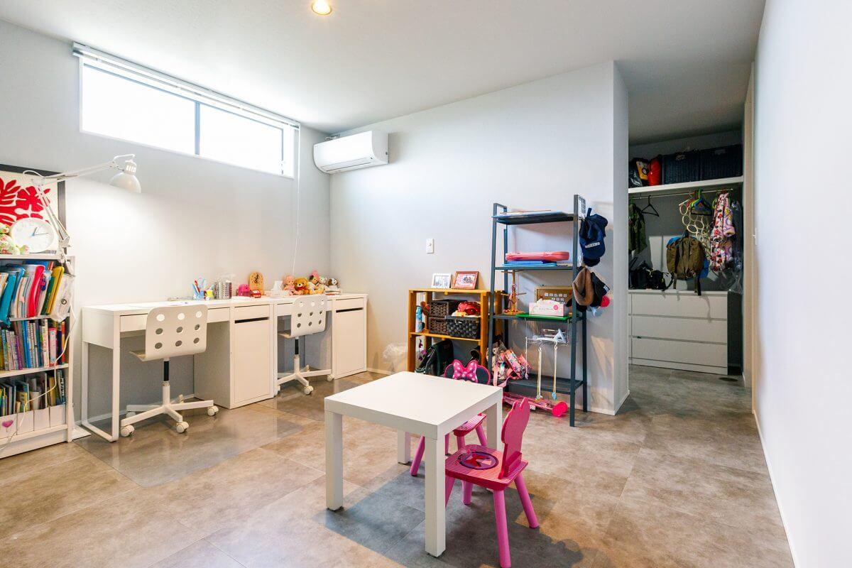 2階LDKの横にある、子ども部屋。家族の呼ぶ声がすぐに聞こえて一体感があります。将来、子どもたちが独立した後は、夫婦の主寝室に変更する予定のため、空間自体はシンプルに仕上げました。