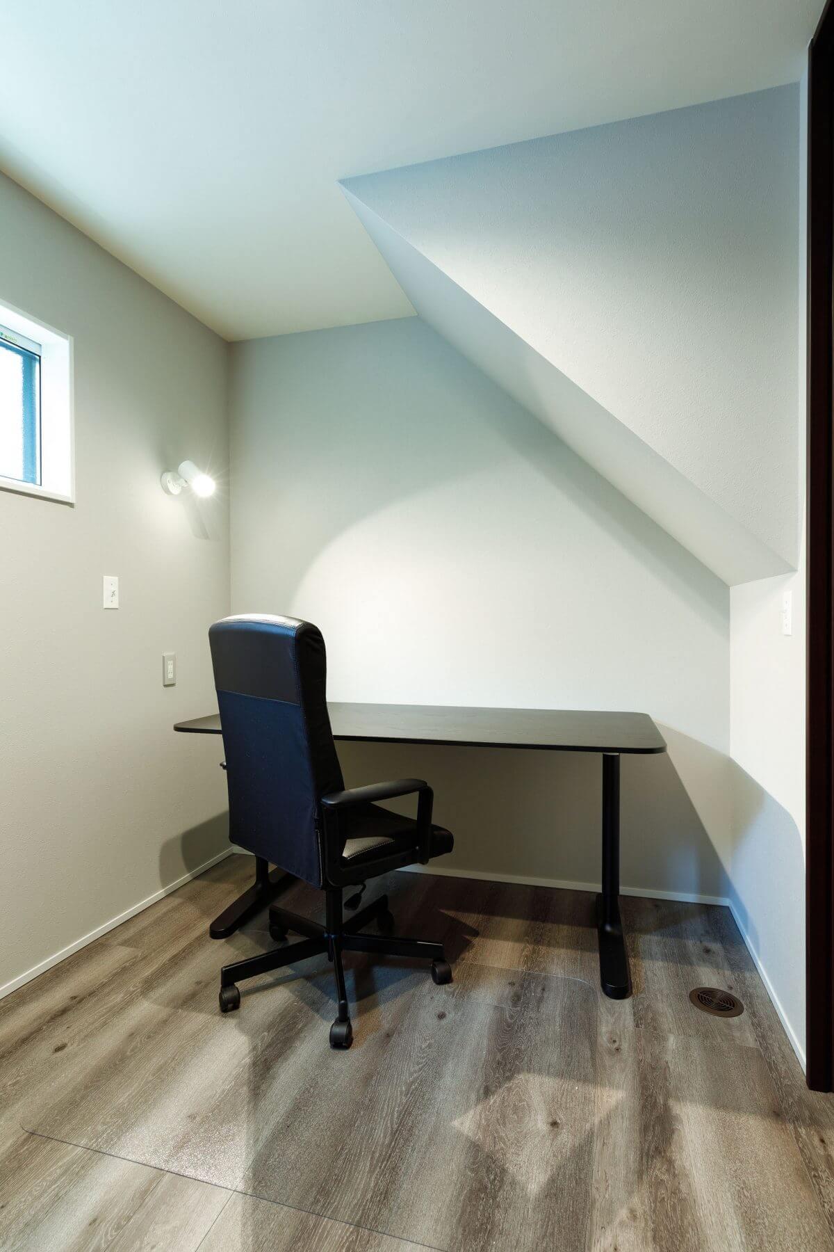 1階に設けたNさんの書斎。日常的に使っている場所ではないため、書斎の他、ゲストルームも兼ねるなど、効率の良いフレキシブルな活用スタイルに。N邸のように空間に余裕があれば、1つあると便利な部屋です。