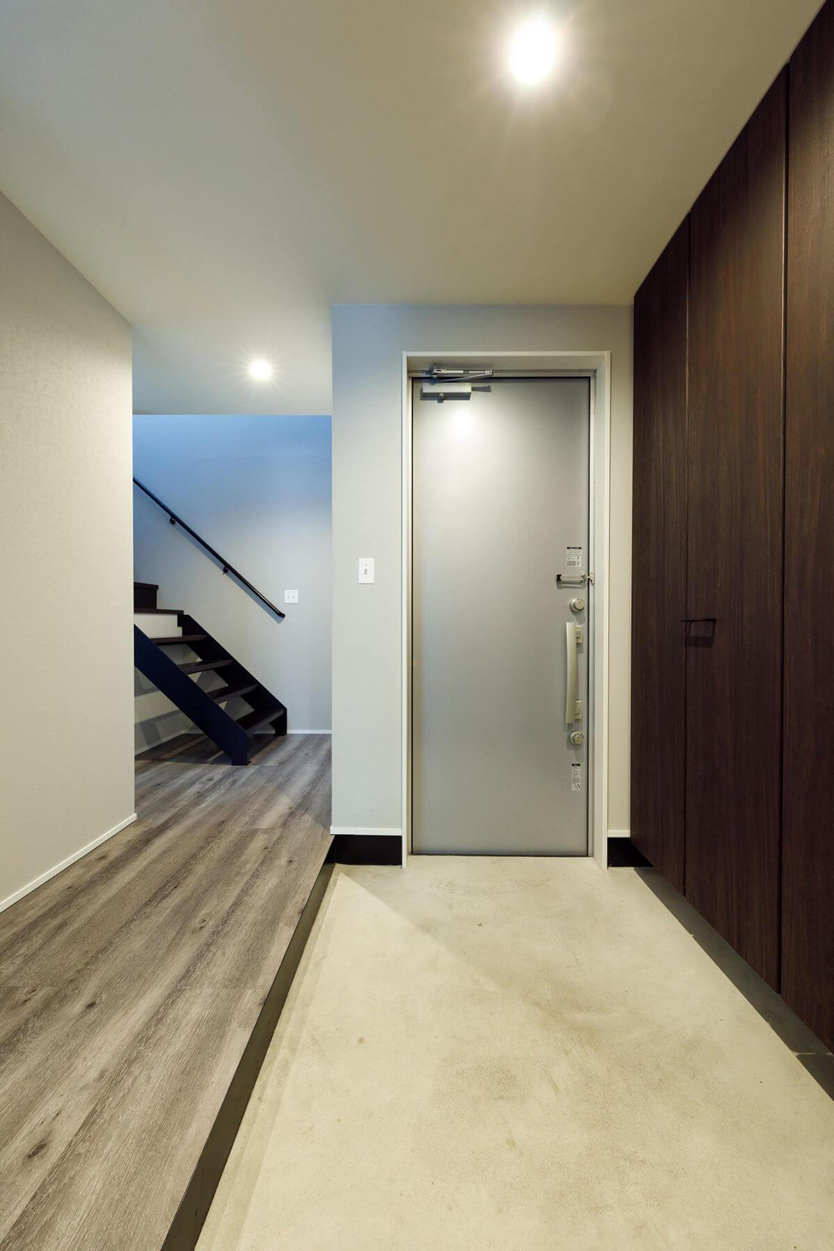 2世帯で使うシンプルな共有玄関。省スペース設計だが、天井までびっしり収納できるシューズクロークを設置。家族みんなの靴がスッキリ収納でき、家族が多くても玄関からいつも片付いているそうです。