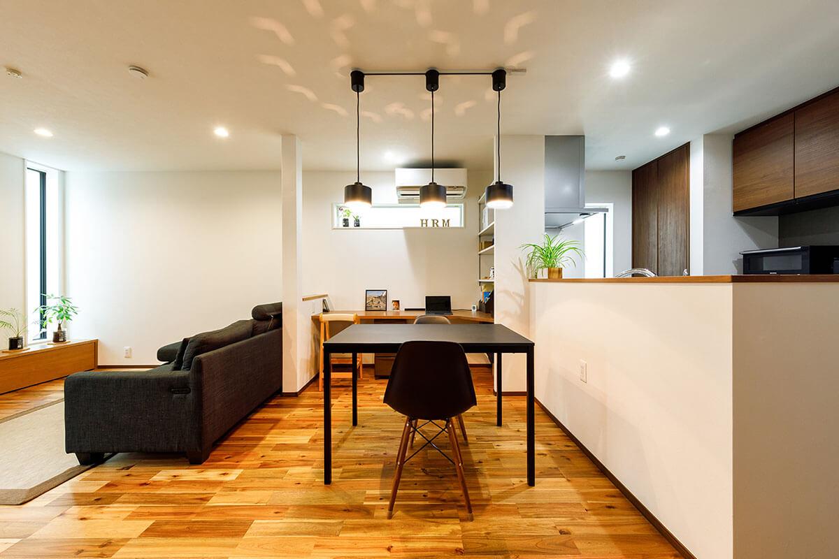 テーブルセットやソファー、照明、キッチン収納スペースなどを黒でコーディネート。「インテリアのコーディネートを楽しんでいますが、収納が充実しているので、余計な家具を置く必要がなく、助かっています」とTさんは嬉しそうに話します。