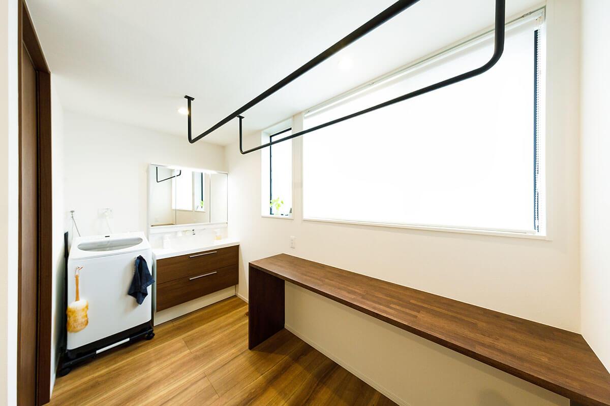 2階の階段を上がったところに広がる洗濯コーナー。左に見える引き戸が浴室につながる。「この場所で洗濯をして室内干しも最小限の移動で行えます。その後カウンターでたたむことができます。クローゼットも2階にあって、便利です」と奥様は喜びます。