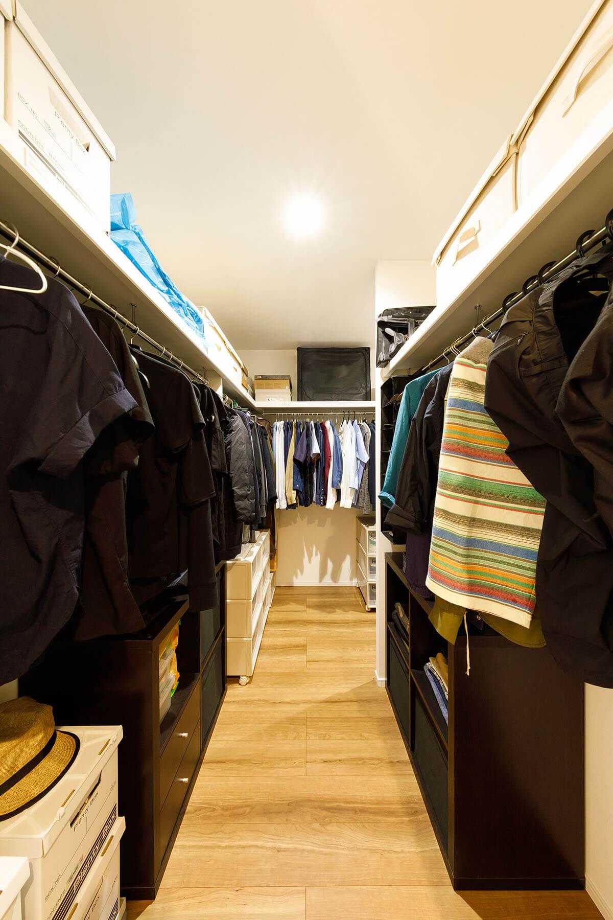 2階にある収納力抜群のファミリークローゼット。家族全員の衣類や季節ものを、ここに集中的に収納します。