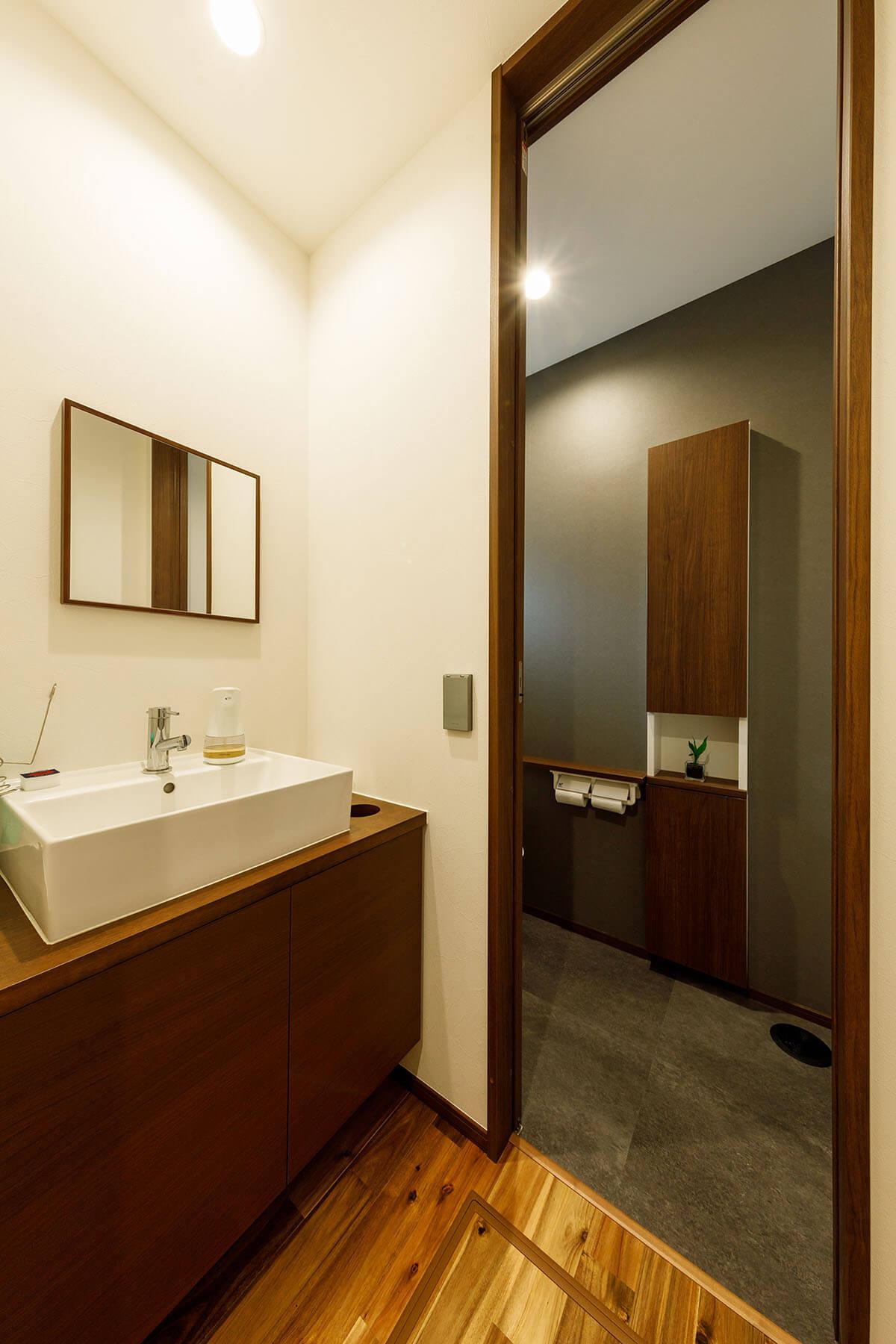 1階のトイレと手洗いコーナー。まるでホテルのような高級感あふれる仕上がりに。