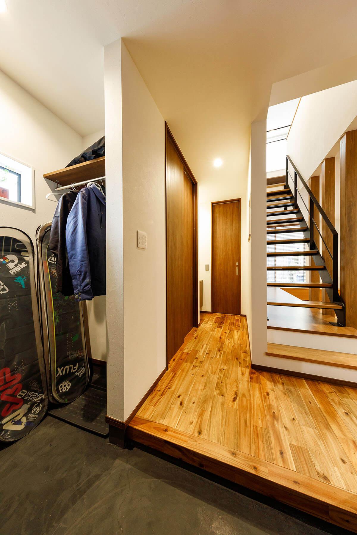 玄関から室内を見た様子。玄関の左には広々としたオープン収納を設置しました。LDKと間仕切りなくつながる空間ですが、高い気密・断熱性能により暑さや寒さを気にすることなく快適に過ごすことができます。