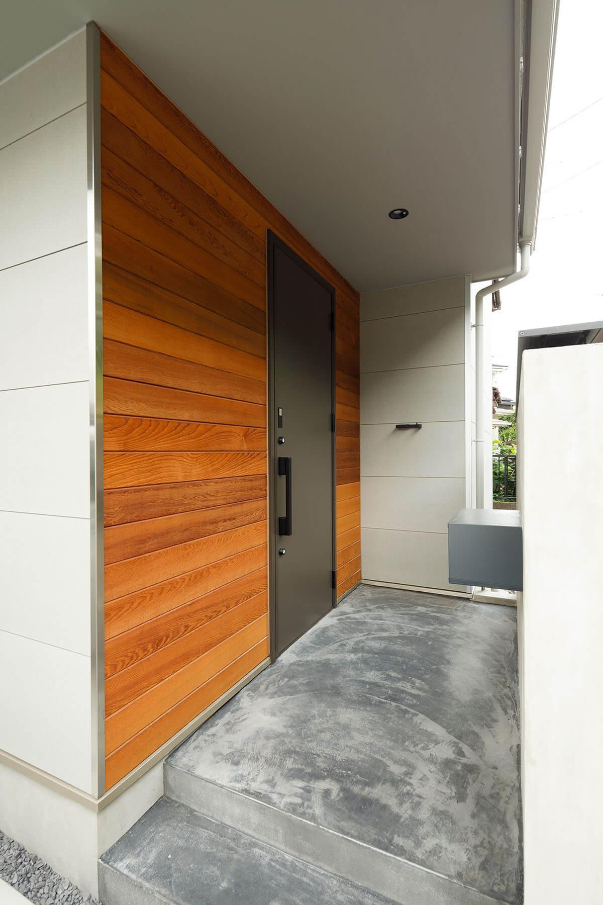 板張りのアプローチ部分。床はスミモルタルを使い味わい深い雰囲気に。