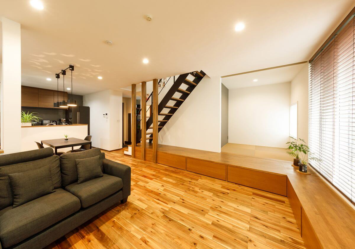 1階はほぼワンフロアでLDKに。収納を充実するために、小上がりの床は全面的に収納となっています。ソファーやアイアンの階段、キッチン背面のアクセントウォールなど、「Industrial+Cafe Style」をテーマにインテリアをデザインしていきました。