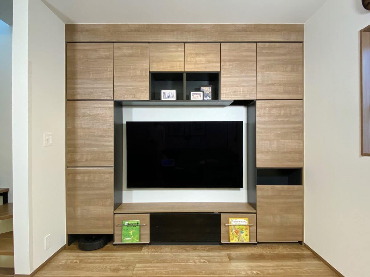 2階のリビングサイドに設けられたTVボードはシステム収納に組み込まれていて、一見しただけでは壁のよう。ダイニングと分離して設置することでメリハリの利いた生活スタイルを実現されています。