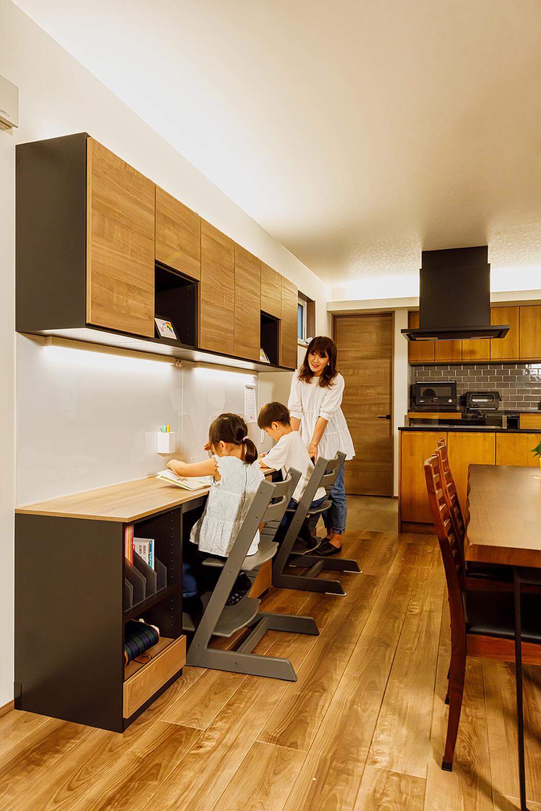 ダイニングのすぐ横にスタディコーナーが設けられています。キッチンで調理するお母さんの気配を感じながら勉強すると安心感が生まれ、集中力が増すとか。デスク下には重たいランドセルを収納する台も設けられています。