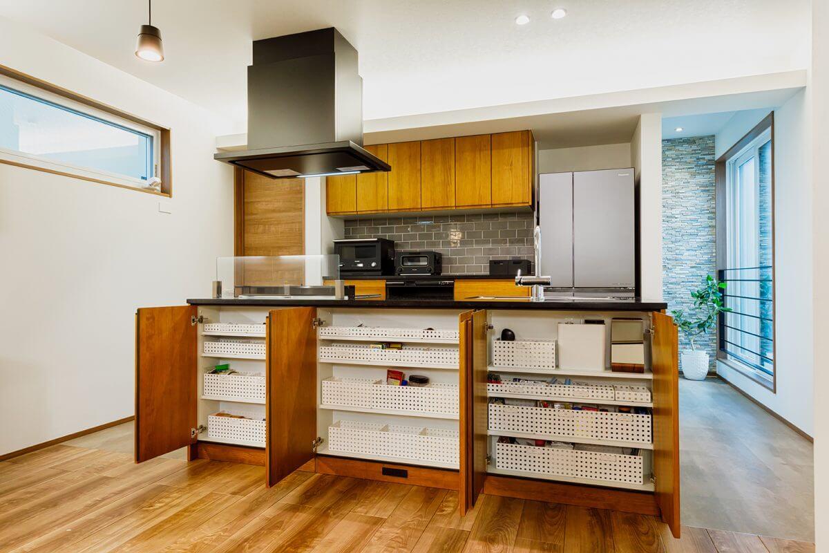 キッチンは無垢の木を用い、サイズ、収納、機器などをカスタマイズしてあります。ダイニング側のキャビネットはすべて奥行き浅めの収納になっていて、欲しいモノが一目瞭然に仕分けされています。