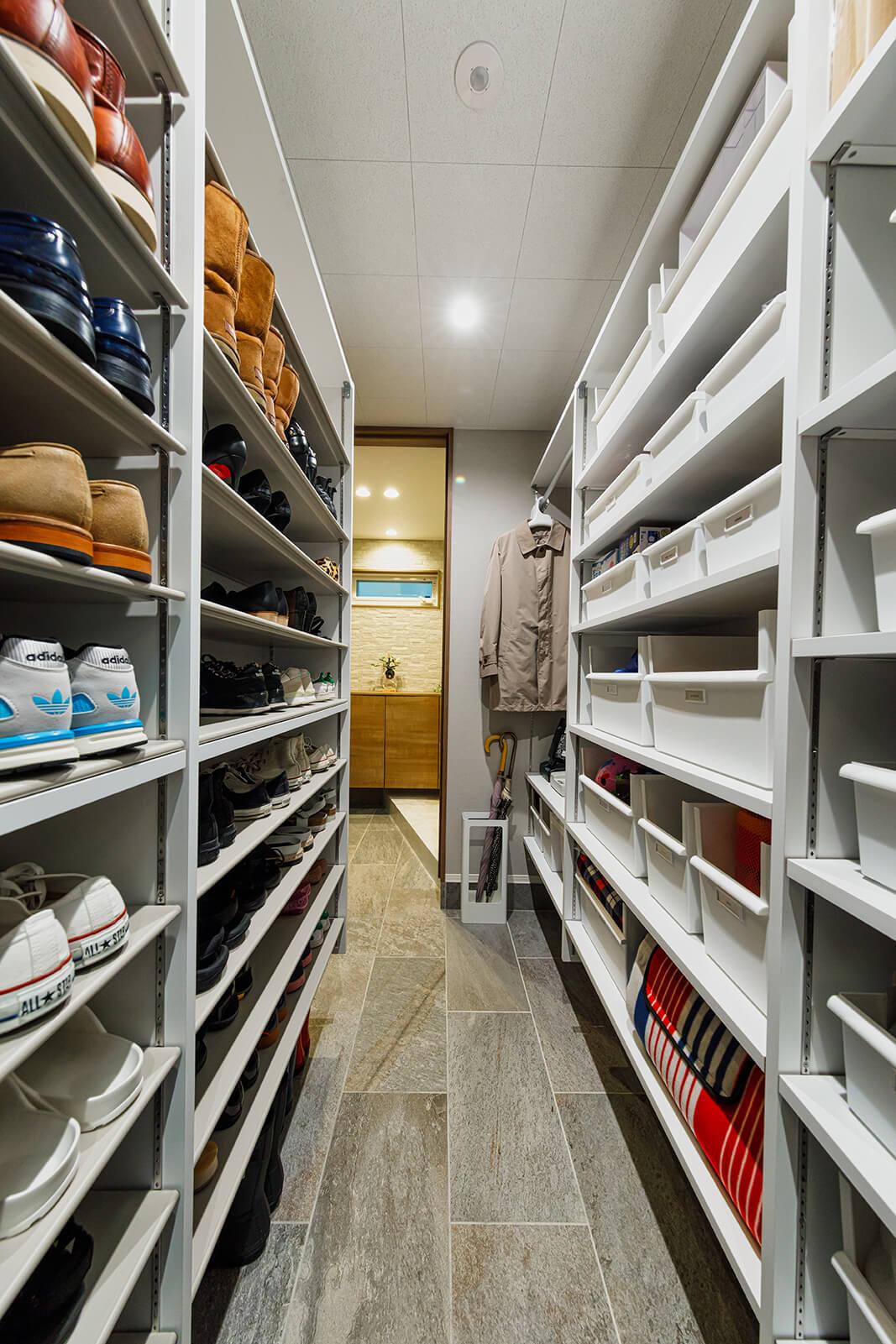 玄関横のシューズクロークは石張りの床ときれいに整えられた収納棚が圧巻です。コジマジックさんファミリーはたくさんの靴をお持ちなので、このシューズクロークは譲れないスペースだったとか。