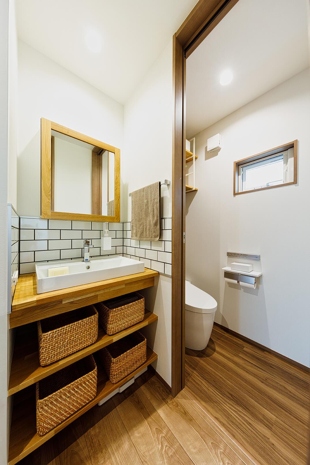 3階のトイレはコンパクトですが気持ちのいい空間です。「トイレは1階と3階に配置しています。3階は夜間でも使いやすいよう中央部分に設け、洗面やお化粧用のスペースも確保しました」(コジマジックさん)。