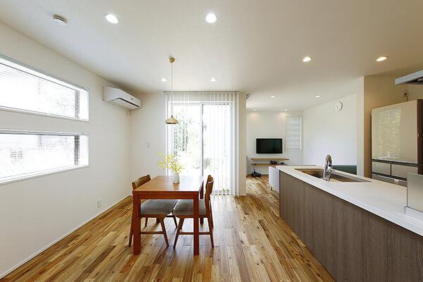 光に包まれるダイニングスペース。キッチンからは奥のリビングとダイニング、そして写真では見えていないが、手前側にあるスタディカウンターまで見渡すことができます。