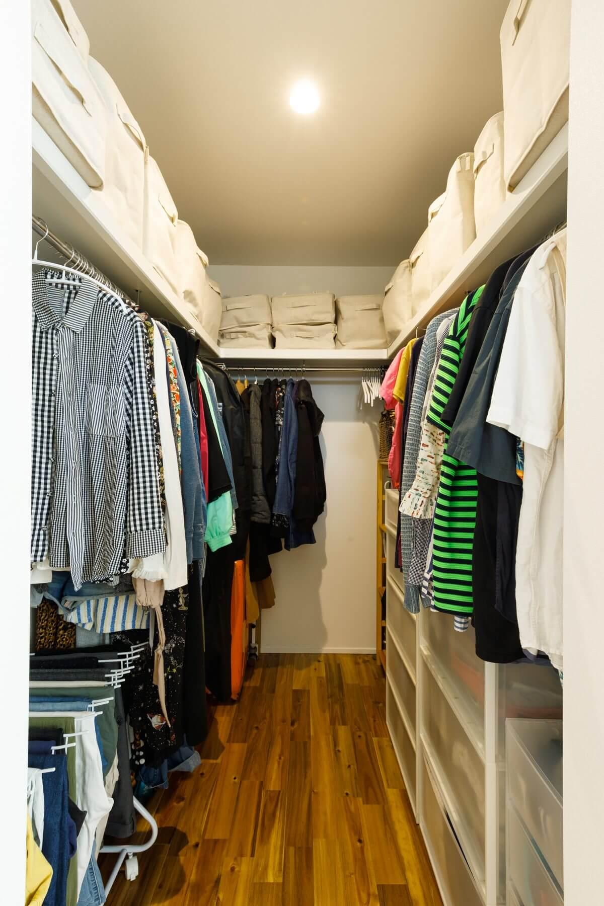 2階のランドリースペースの正面(向かい側)にあるファミリークローゼット。一連の洗濯動線の中にある家事ラクの間取りです。家族全員の衣類がここに収まるので、室内はスッキリ片付きます。