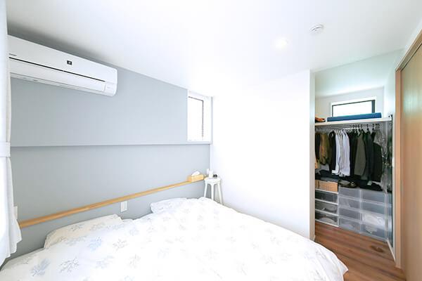 ウォークインクローゼットを設けた主寝室。クローゼット内の風通しも考え、小さな窓も設置。写真では見えないが手前側の窓を開けると、気持ちの良い風が寝室を抜けていきます。