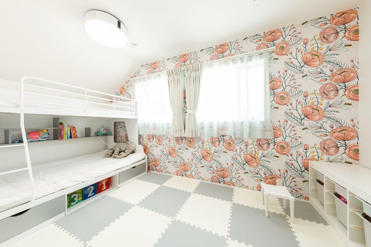 花柄のクロスが印象的な子ども部屋。現在は二段ベッドを端に寄せて使っているが、将来的には真ん中で区切ることも検討しているそうです。