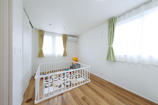 将来2部屋にセパレートすることができる子ども部屋。今はゲージで囲んで、お子さんのための安全な遊び場所になっています。