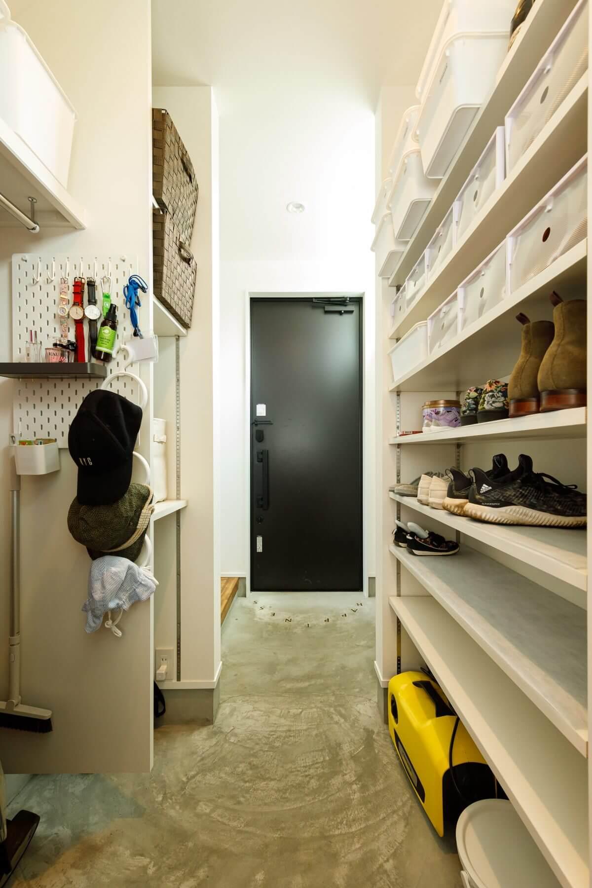 玄関とつながる奥行きの深い土間収納(シューズクローク)。靴はもちろん、アウトドア用品等もスッキリと収まります。