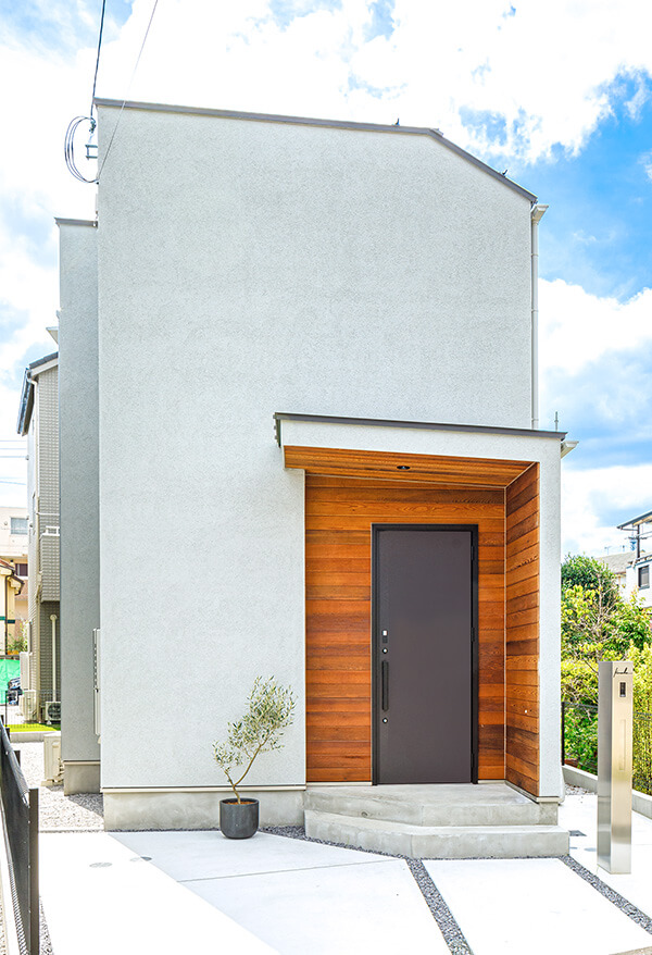 吹き付けの外壁に板張りのデザインをアクセントにした外観デザイン。コンパクトですが、住宅地の中では独特の魅力を放つ存在に。