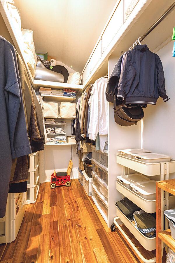 2階の廊下と主寝室に隣接するファミリークローゼット。家族の衣類などを一手に収納することができる便利な場所。「収納力も豊富で、家中がスッキリ片付きます!」と笑顔の奥さま。