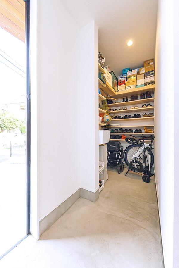 玄関には奥行きのある広い土間収納を設置。折りたたみ自転車なども格納でき、外構に余計な物置などを設置しなくても十分な収納スペースを確保しました。