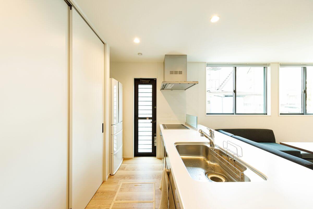幅広で使いやすいカウンターキッチンを採用。キッチン背面のパントリーは引き戸付きのON・OFF収納で、キッチン家電や食器、食品を一気に収め隠すことができます。スッキリしたLDKには欠かせないポイントのひとつです。