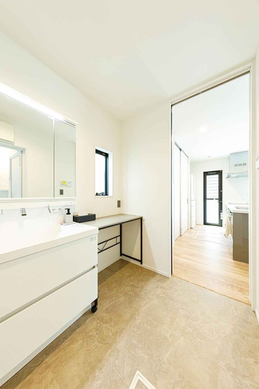 広い洗面室はキッチンのすぐ横に繋がる動線で、「家事がしやすくて便利!」と評判。洗面化粧台の横に、多目的カウンターを置けるスペースを確保しました。
