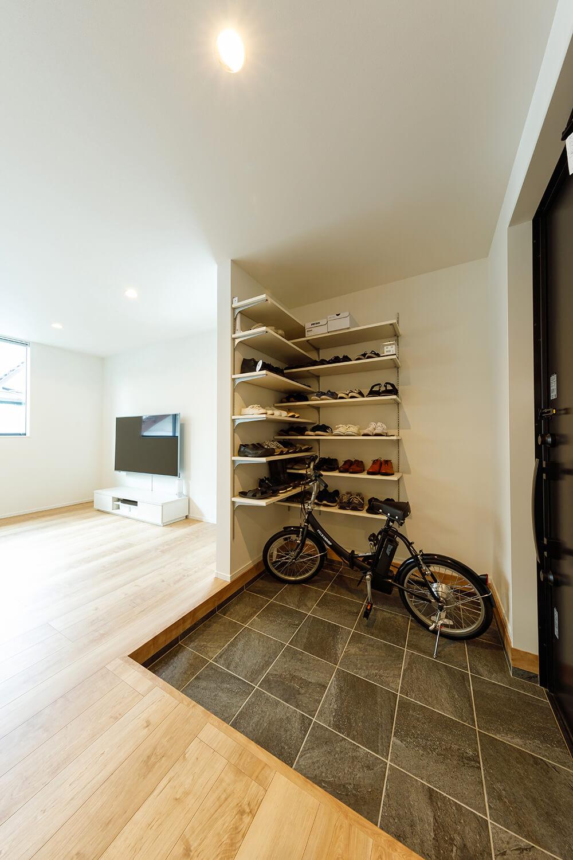 自転車も置けてしまうほど広い玄関。リビングとつながるオープンな空間ですが、高気密・高断熱の住宅性能により、暑さや寒さへの影響はほとんど感じないそうです。