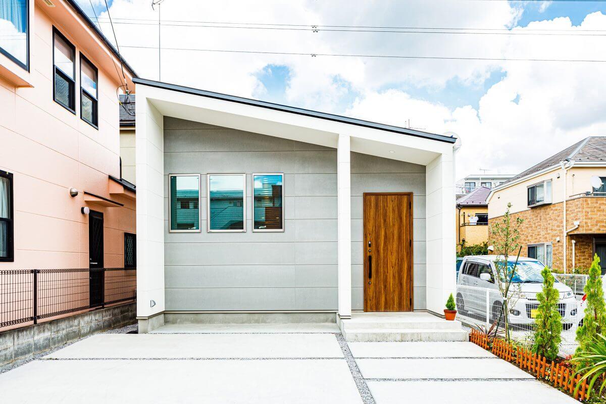 軒や袖壁を白くしてフォルムにメリハリを付けたシャープな印象の平屋。玄関ドアが南側にあたる。室内には、見た目の印象からは想像できないほどの豊かな空間が広がっています。