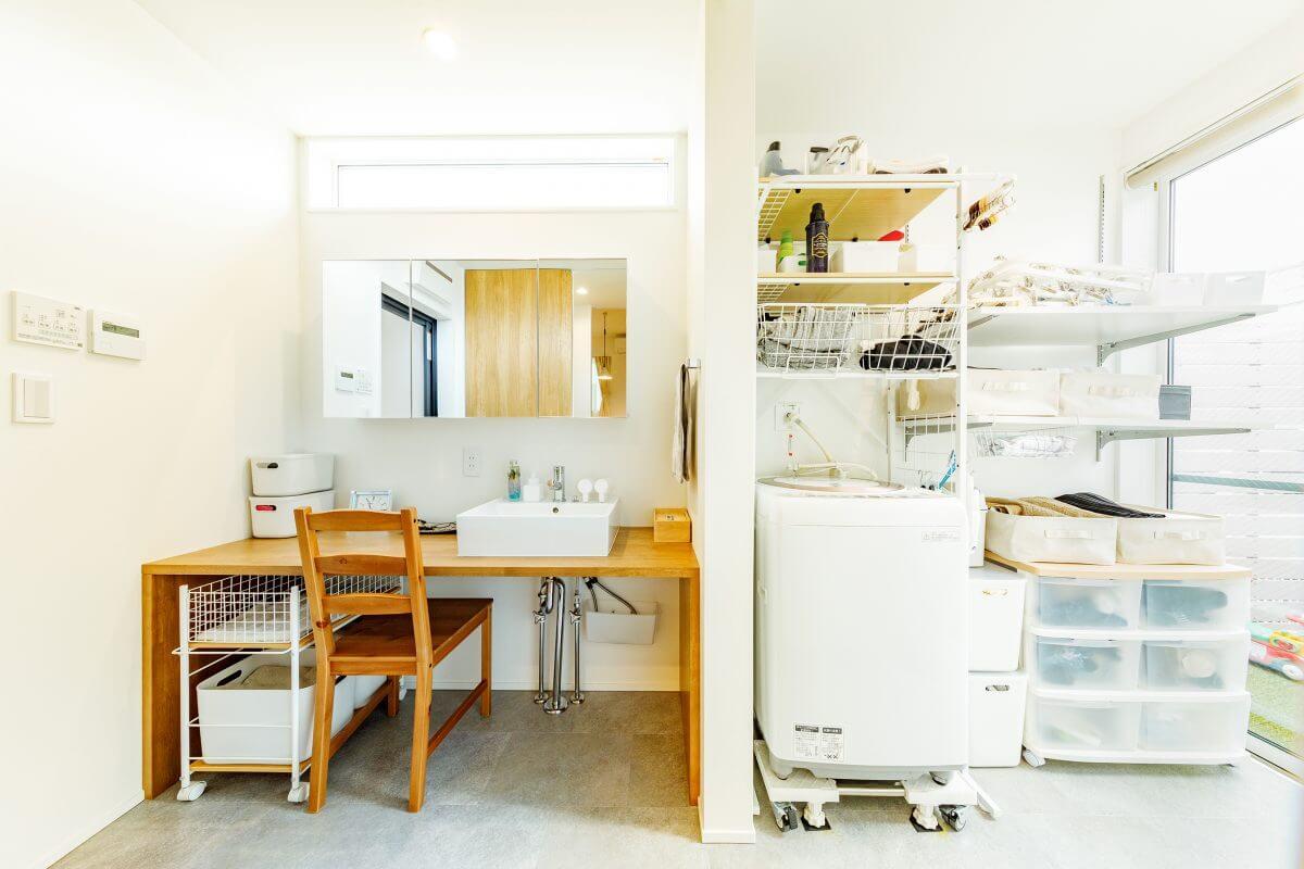 この洗面室も中庭に面しており、明るく爽やかな光に包まれています。ワイドカウンターを造作した洗面コーナーは、使い勝手よく奥様のお気に入り。