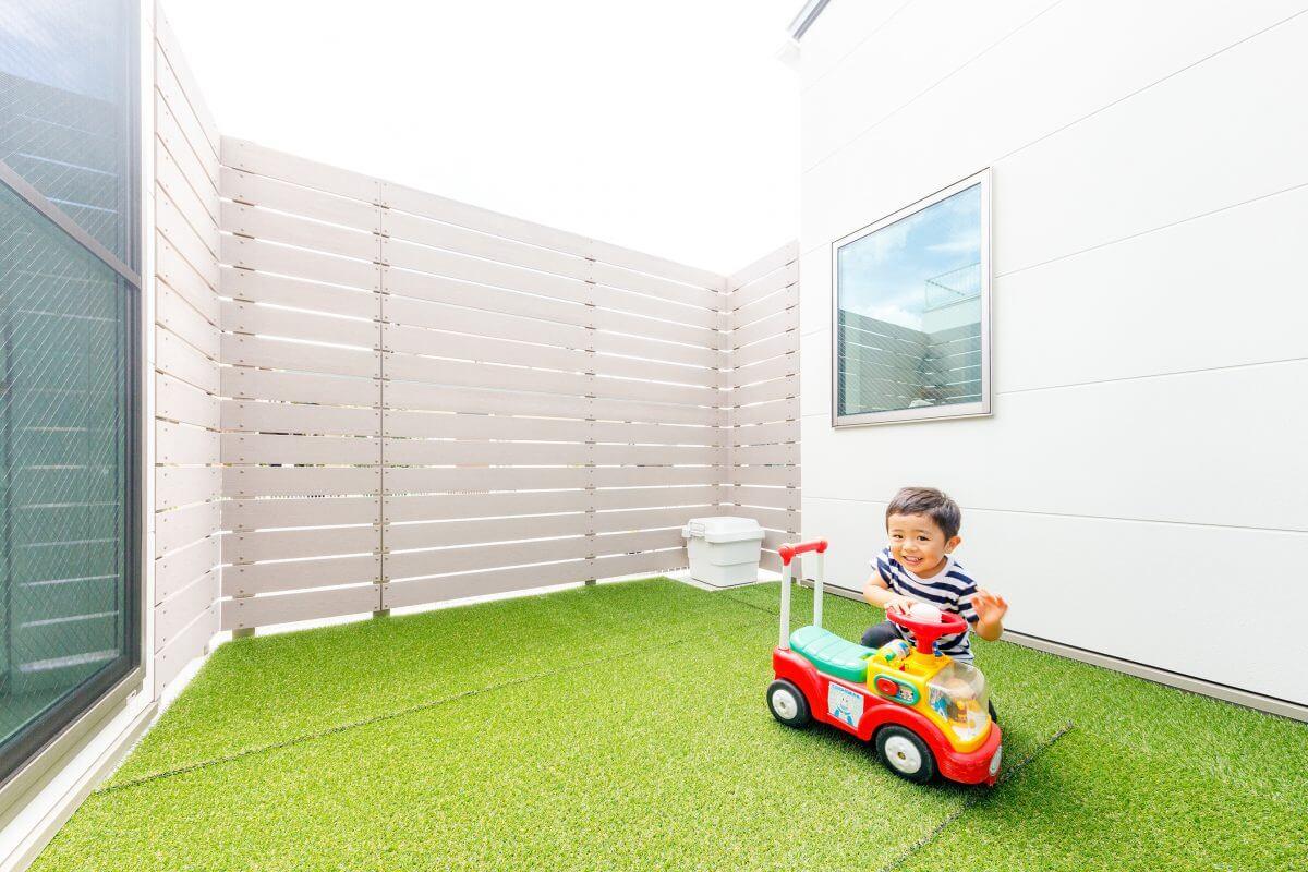 中庭はボーダーフェンスで目隠しし、人工芝を張ったお子様の遊び場に。キッチン横の大きな窓から、家事をしながらお子様の様子を見守ることができます。