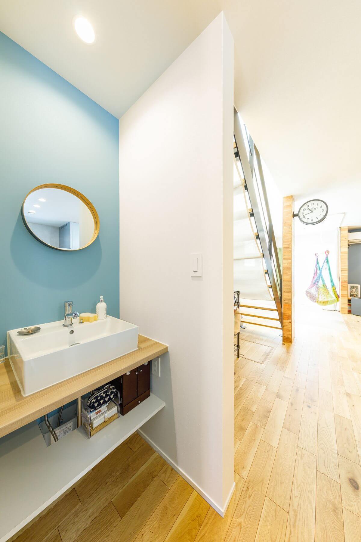 LDKと玄関は間仕切りなく繋がっています。廊下を兼ねるスペースに手洗いコーナーを設置。帰宅後にすぐに手を洗える動線が確保されています。
