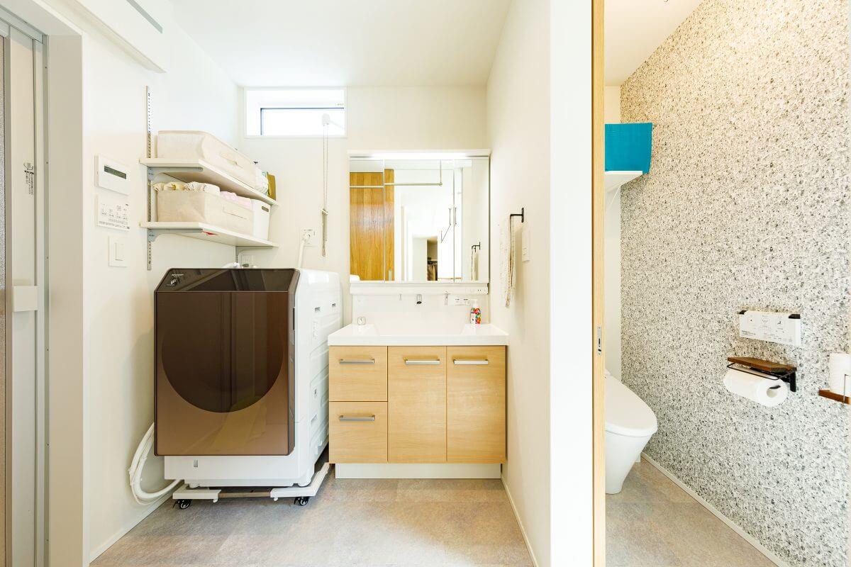 2階に設けた、浴室、洗面室、トイレをひとつにまとめた水まわり。限られた空間に、機能的にスッキリと収められています。