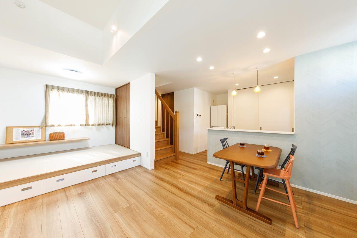 小上がりの畳スペースを設けたLDK。畳スペースの下は大容量の収納になっており、とても便利で空間がスッキリ片付くと好評です。