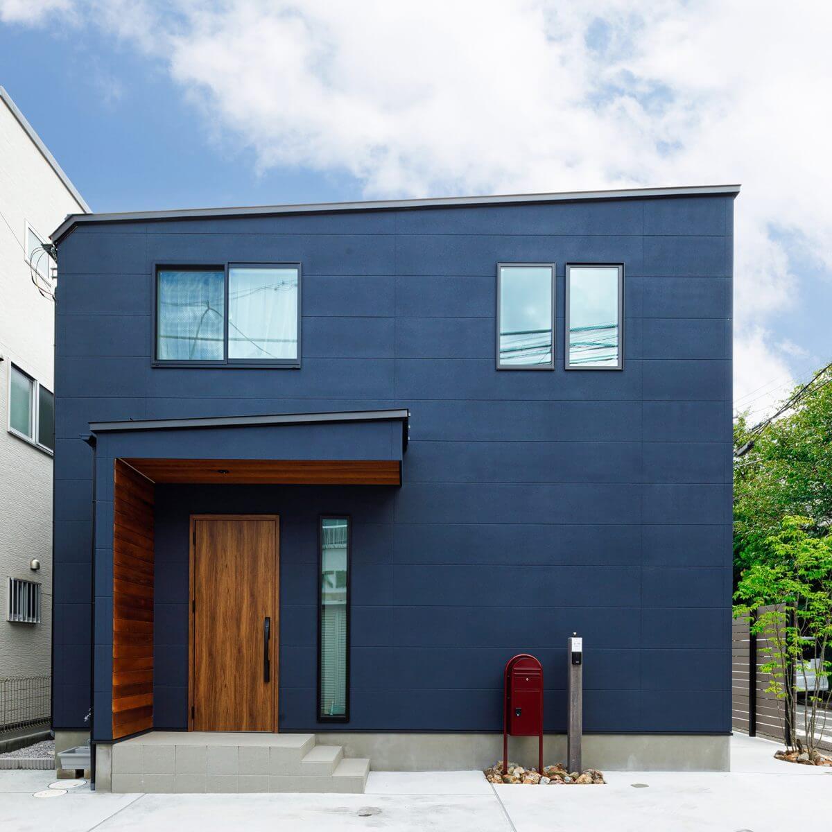 正面(ファサード)は明かり取りの縦スリット窓以外、目線の高さには窓を設けず、スッキリとしたデザインに。その分、玄関ドア付近に設けた板張りの袖壁と軒天が引き立ちます。