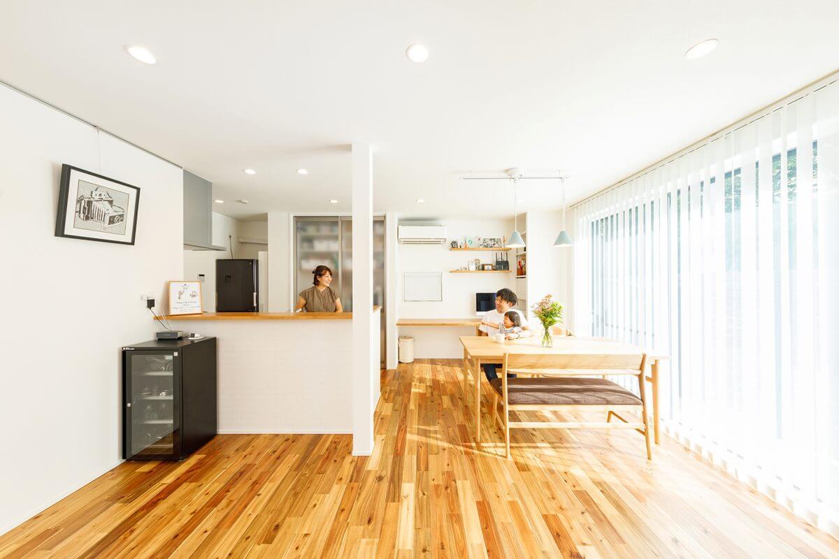 玄関スペースから間仕切りなく繋がるLDK。キッチンはコンロ部分のみ完全に隠した設計のセミオープンタイプとしました。ゆったりとしたスペースのダイニングを確保し、料理をしながらのコミュニケーションも弾みます。
