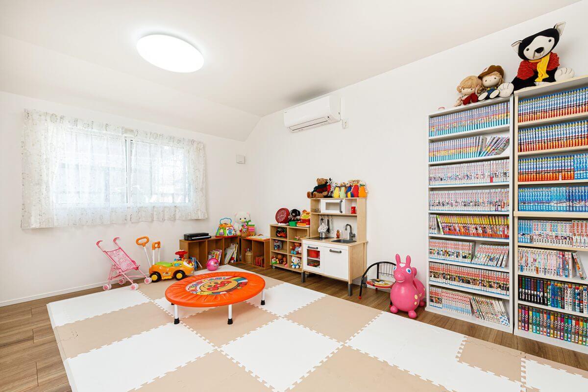 2階の子ども部屋は、将来二つに区切ることができる設計に。現在は一つの広い「遊び場」としています。「子供がトランポリンで元気に遊んでいても、ご近所さんにまったく気を使う必要がありません。子供が楽しそうに遊んでいると、こちらまで嬉しくなりますね」と奥様。