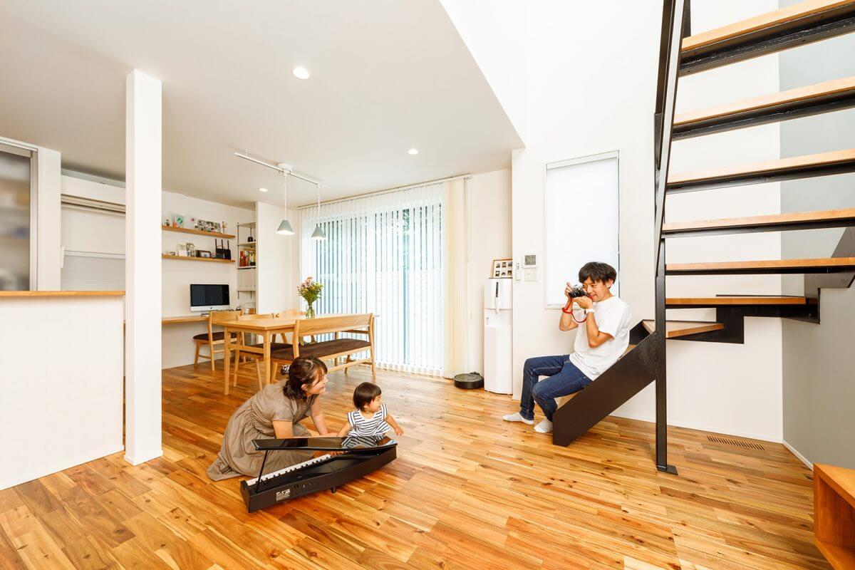 カメラが趣味のYさん。お気に入りのアイアン製のリビング階段に腰をかけ、家族の笑顔をフレームに収めています。「快適な住まいで、楽しい毎日を満喫しています」とニッコリ。