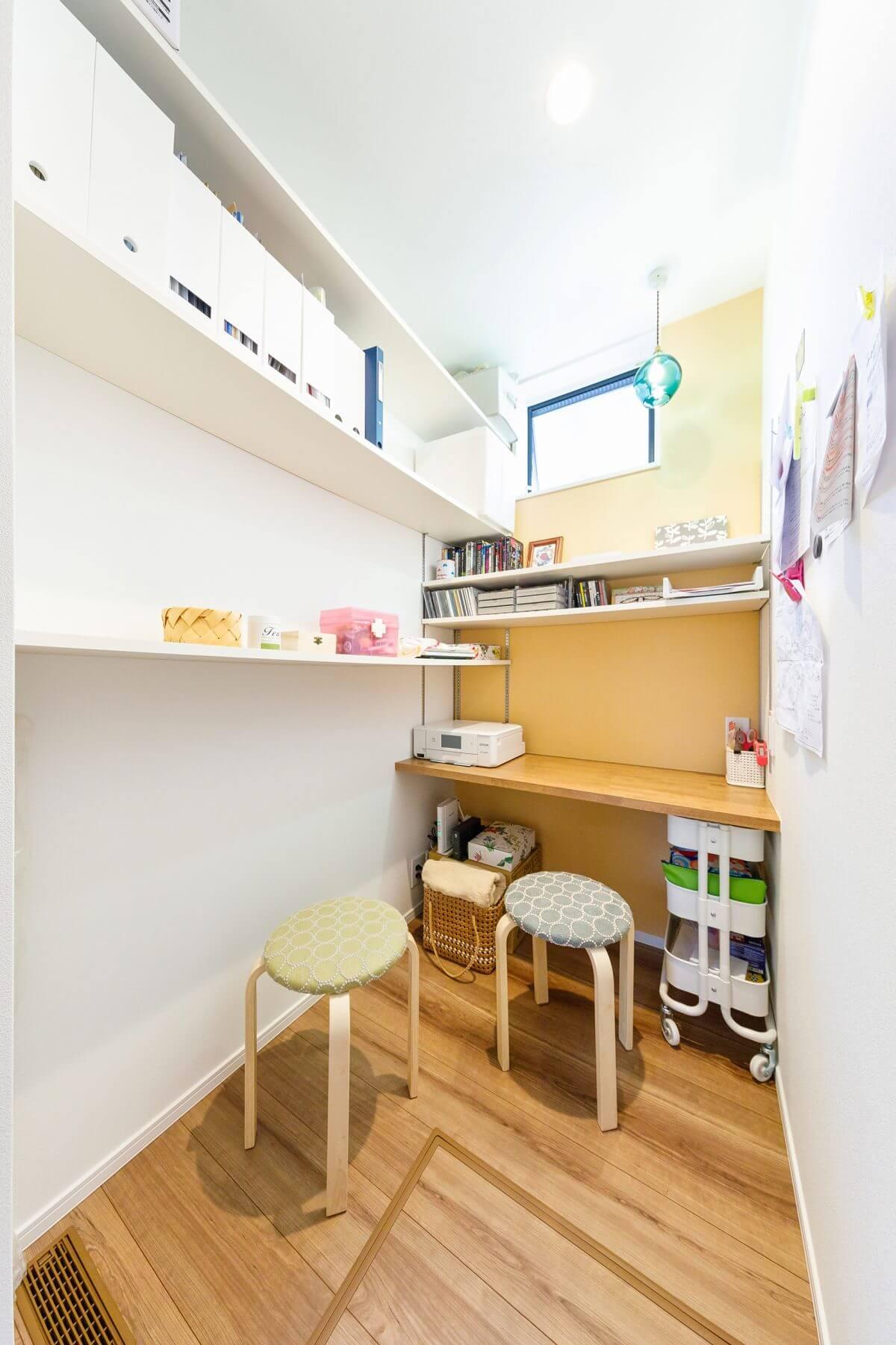 日常の家事や書類仕事をこなす、奥様のユーティリティスペース。個室になっており、趣味に没頭することもできる、ONとOFFを切り替える大切な空間です。