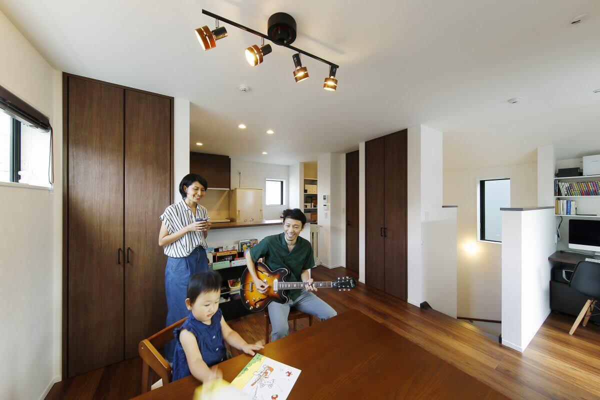 ご主人が奏でるギターの音色が響き渡る2階のLDK。「限られた空間でも、適所に収納があり、暮らしやすい住まいです」と奥様。