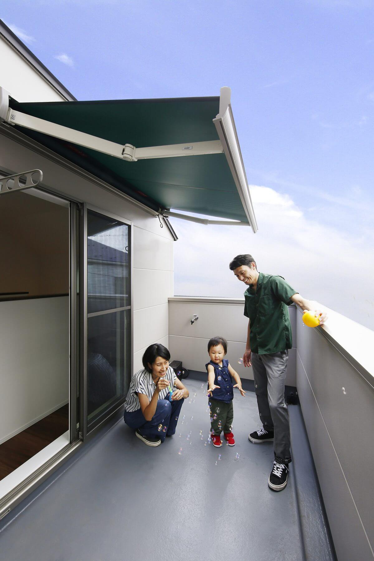 2階LDKには3畳ほどの広いバルコニーを設置。お子様の格好の遊び場となっています。キッチンからも目の届く安心のスペースです。オーニングと水栓も設けているため、夏はプールや食事なども楽しめます。