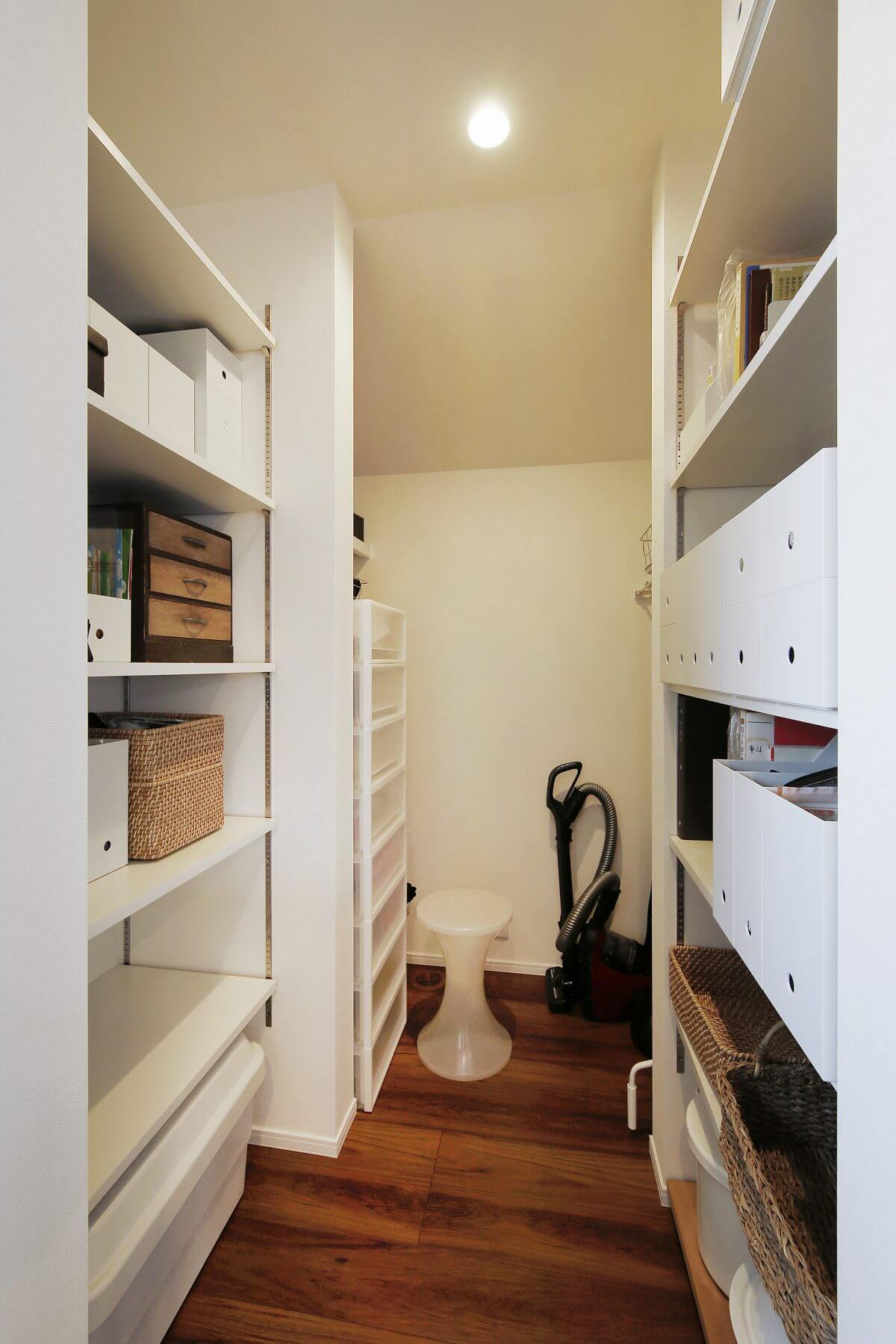 キッチンの横には、広いパントリー兼マルチ収納スペースを設置しました。食品はもちろん、日常的に使用する細々としたものまで、すべてスッキリと収めることができます。