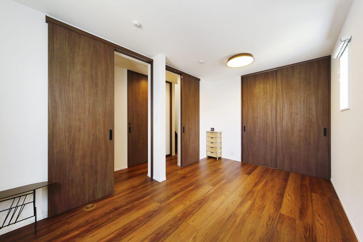1階の子供部屋には、2つの出入り口があります。ここは将来2部屋に分割できるようにプランニング。分割するとそれぞれ3.7畳の個室になります。