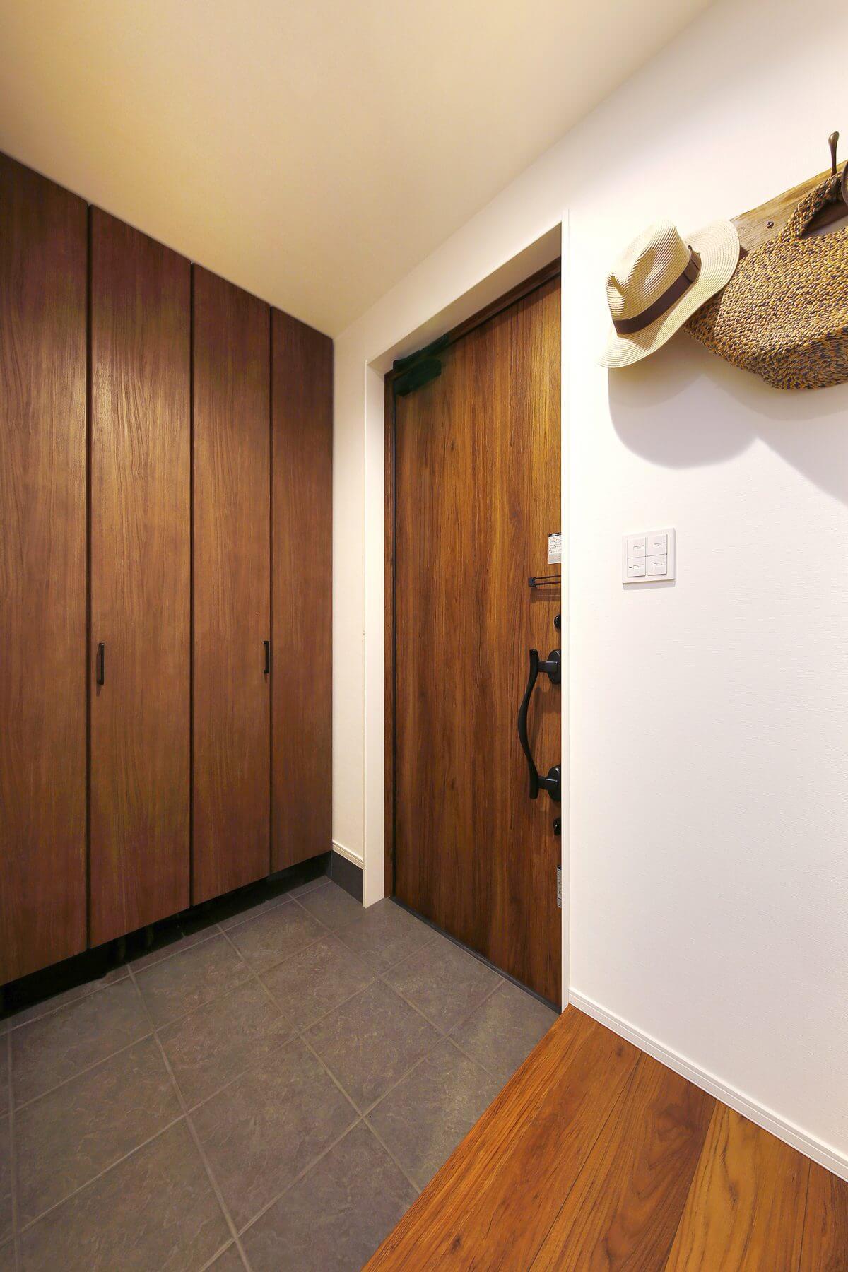 天井までたっぷり入る玄関収納を設置。将来家族が増えても玄関はスッキリで、雑然としません。玄関ドア、収納建具、フローリングなど、限られた空間でも美しくコーディネート。