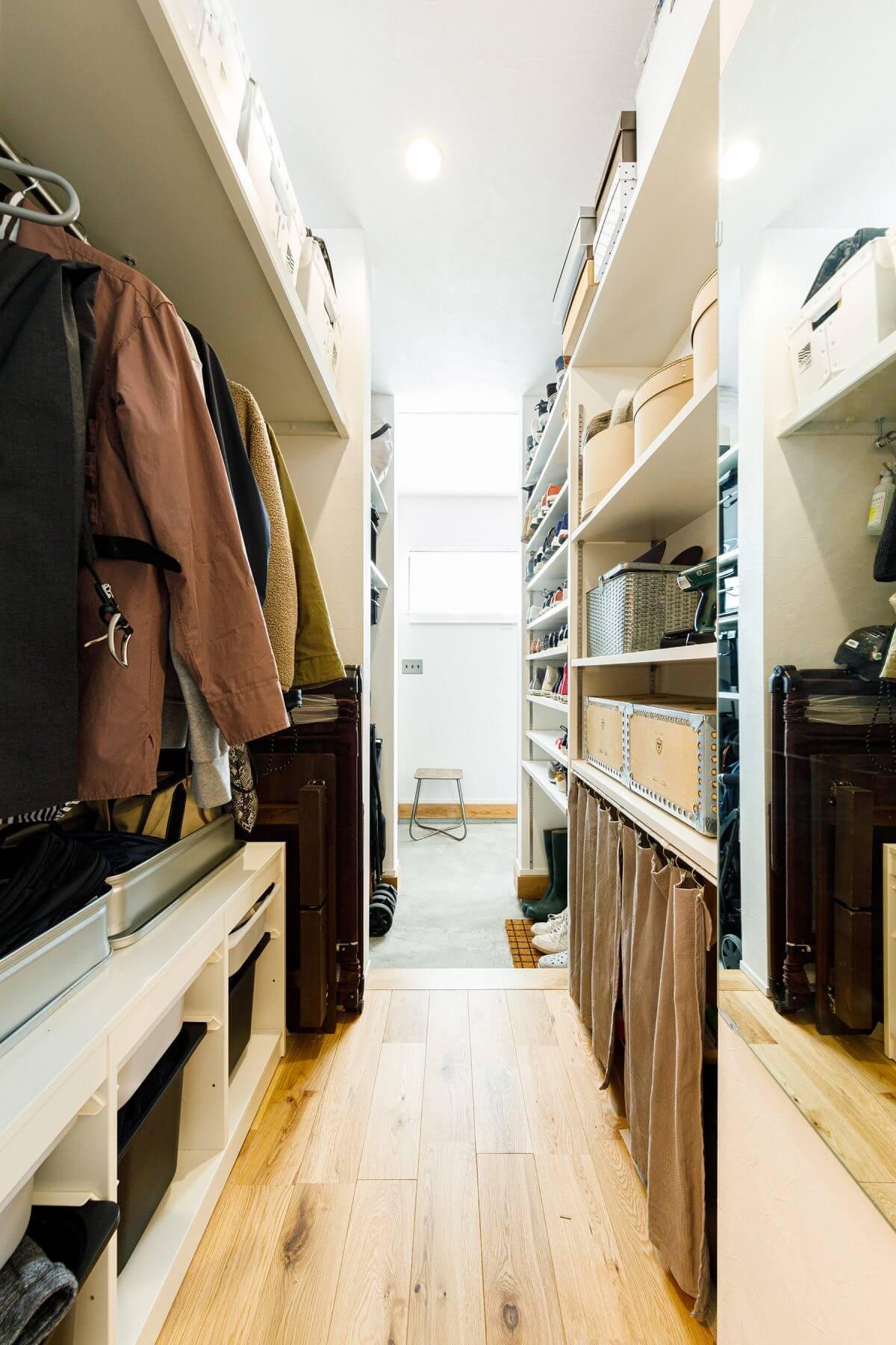 土間玄関とも繋がっているマルチ収納スペース。玄関側はシューズクロークで、リビング側はコートや季節ものを収納する場所として活用されています。