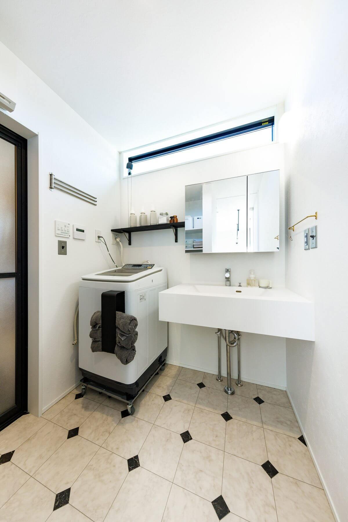 上部に横スリット窓を設けた、清潔感溢れる洗面室。プライバシーを守りつつ、充分な明るさに包まれた空間です。