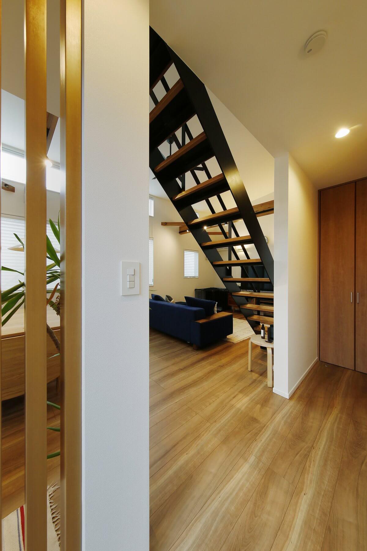 1階から階段を上がり、2階のLDKに入るときに見える様子。左の絶え格子は、空間よいアクセントになると同時に、キッチン側の様子をさりげなく目隠しする役割も果たしています。