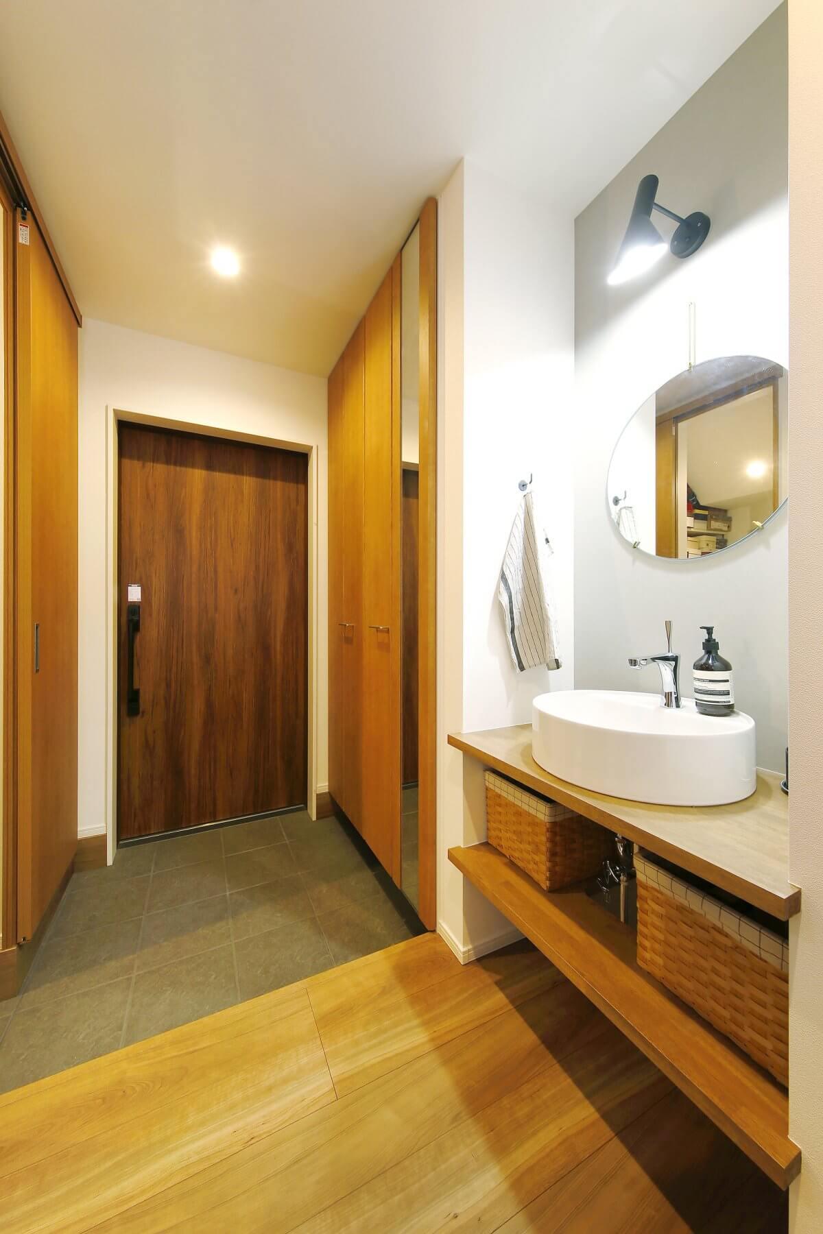 洗面スペースは、玄関ホールを兼ねる場所に設けたため、帰宅後にすぐに手が洗えて衛生的。スペースを無駄なく活用するプランです。